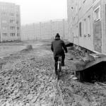 """Rostock-Gro§ Klein. Ein neuer Stadteil in Plattenbauweise entstand in den 80er Jahren fŸr fast 20.000 Einwohner. WŠhrend die Bauerabeiter bereits weitergezogen sind, mussten die Bewohner noch mehrere Jahre in Matsch und mit Provisorien leben. Der """"Erfolg"""" wurde nur in der Anzahl von gebauten Wohnungen abgerechnet."""